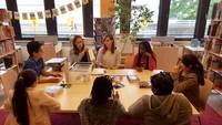 Mitarbeiterinnen der Bücherei erklären was bei der Buchbearbeitung beachtet werden muss