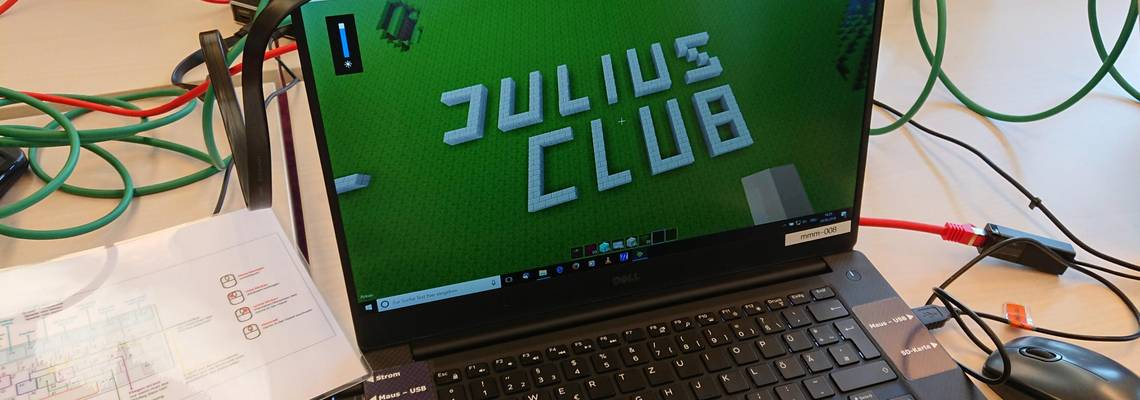 Laptop mit Julius Club Schriftzug