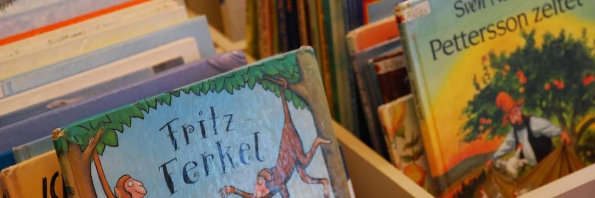 Bilderbücher in Holzkasten