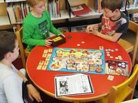 Ein Gruppe Kinder spielt ein Gespenster-Brettspiel