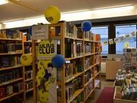 Geschmücktes Regal mit Julis Club Medien in der Bücherei
