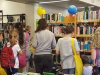 Kinder suchen sich Bücher zum Julius Club aus