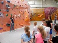 Die Kinder bekommen eine Einweisung an der Kletterwand
