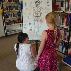 Comiczeichnerin erklärt die Anatomie anhand einer Zeichnung