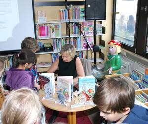Die Kinder holen sich Autogramme der Autorin ab