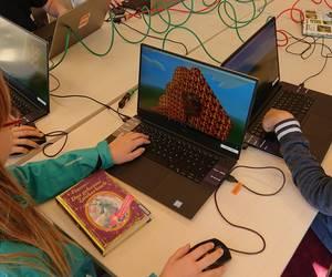 Ein Mädchen setzt Lava in Minecraft ein
