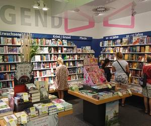 Die TeilnehmerInnen suchen bei Decius im Leine Center Bücher aus