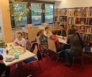 Kinder spielen ein Escape-Room-Spiel