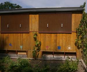 Holzhaus im Garten des Imkers