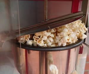 Popcorn wird frisch mit einer Popcornmaschine gemacht [(c) Stadtbücherei]
