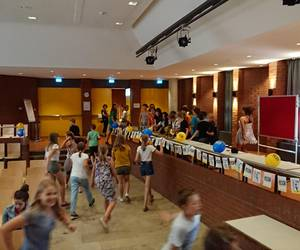 Die TeilnehmerInnen laufen zum eröffneten Büffet [(c) Stadtbücherei]