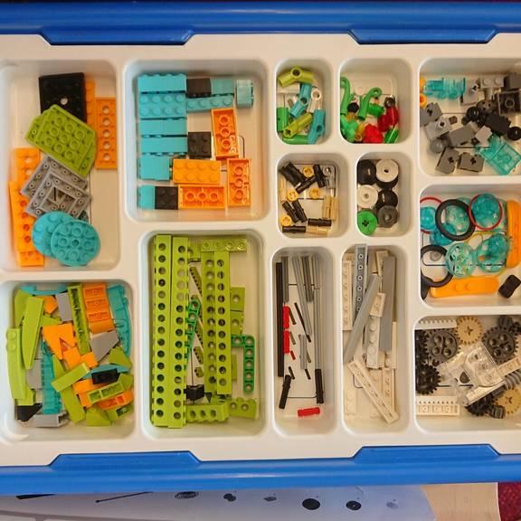 Ein Kasten voller Bauteile um Lego-Roboter zusammenzusetzen