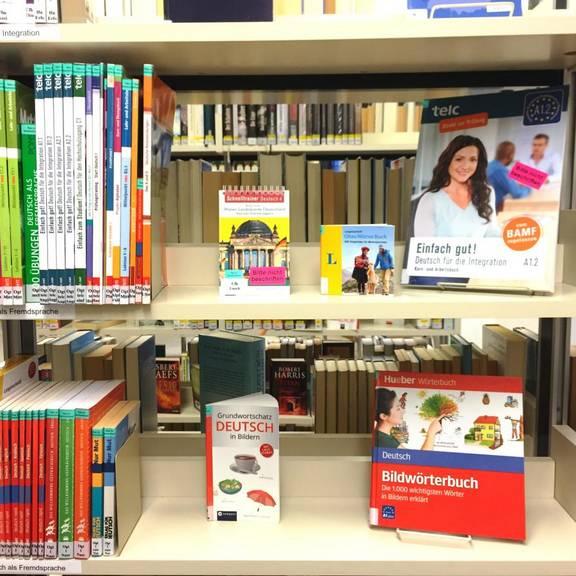 Regal mit Medien zum deutschen Spracherwerb