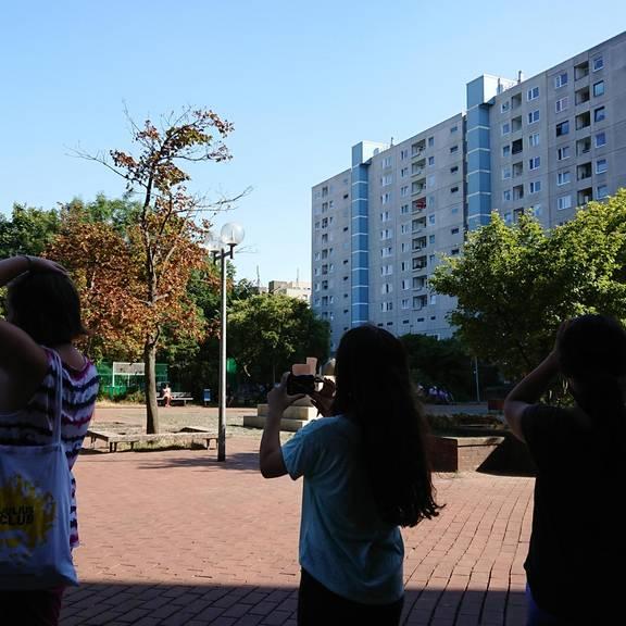 Die Teilnehmerinnen suchen auf dem Marktplatz nach geeigneten Motiven