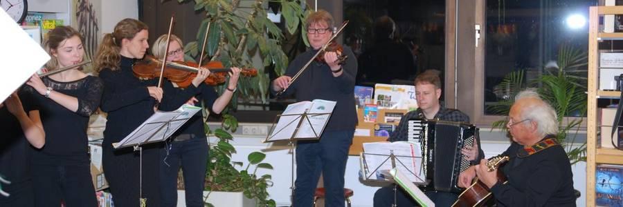 Musiker in der Bücherei, die im Rahmen der Ausstellungs-Eröffnung Musik machen
