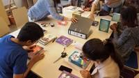Die Kinder bekleben ihre Bücher mit Buchschutzfolie