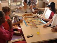 Kinder machen eine Pizza-Pause
