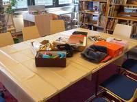 Auf dem Tisch stehen Bastelmaterialien zum Gebrauch bereit
