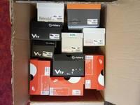 Zum Basteln liegen viele leere Schuhkartons bereit