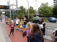 Die Kinder warten zusammen mit den Mitarbeitern der Stadtbücherei auf die Bahn