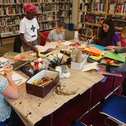 Kinder gestalten Bilder zu Lieblingsbüchern
