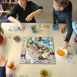 Kinder spielen Monopoly