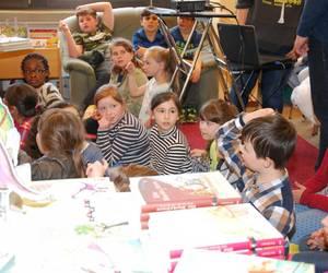 Die Kinder hören der Autorin zu und stellen Fragen