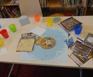 Der Inhalt eines Escape-Room-Spiels liegt auf einem Tisch ausgebreitet