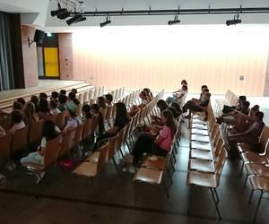 Die TeilnehmerInnen schauen einen Film auf einer großen Leinwand [(c) Stadtbücherei]
