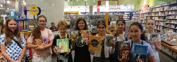 Kinder präsentieren ihre ausgesuchten Bücher