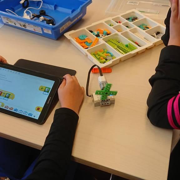 Kinder bauen einen kleinen Ventilator