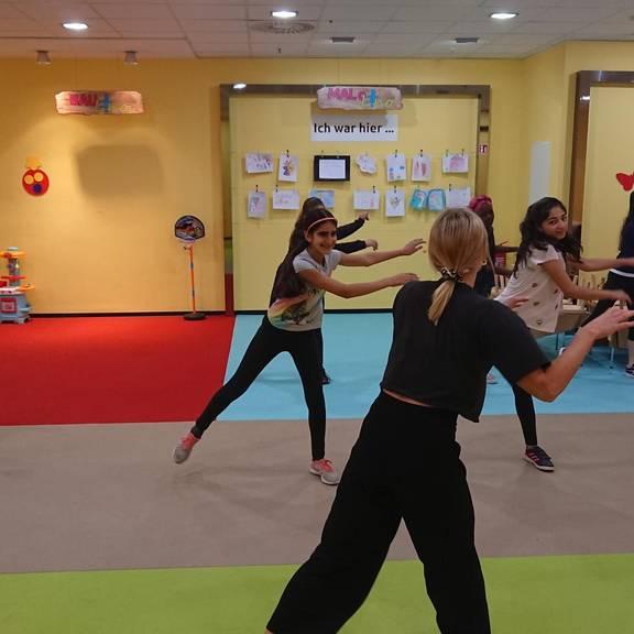 Kinder lernen eine Choreographie