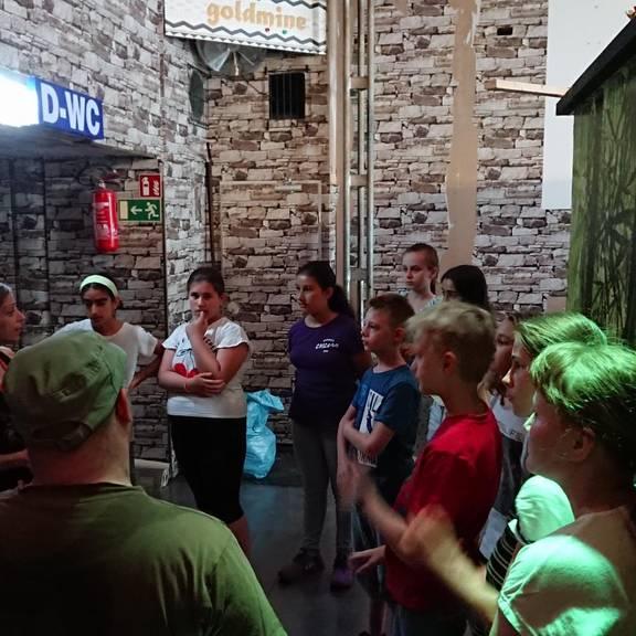 Kinder stehen versammelt vor dem Escape Room