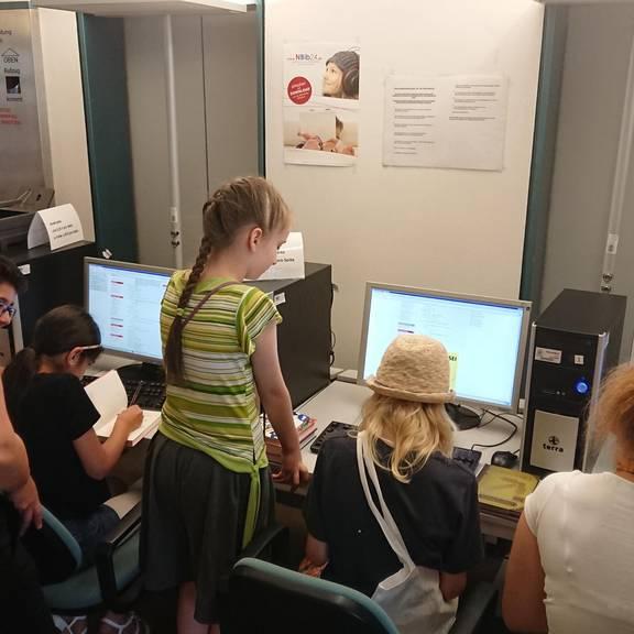 Die TeilnehmerInnen recherchieren an den PCs der Bücherei