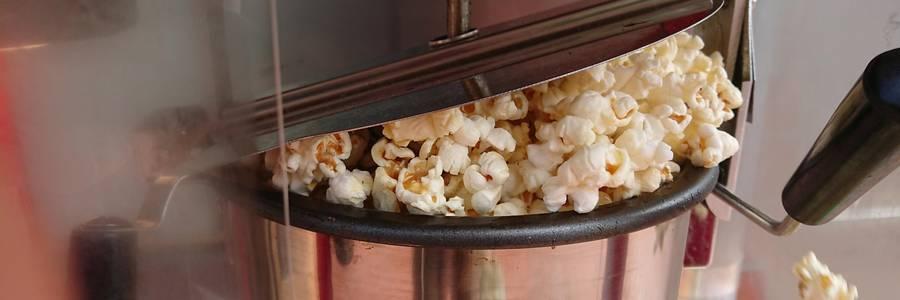 Popcorn wird frisch mit einer Popcornmaschine gemacht [(c): Stadtbücherei]